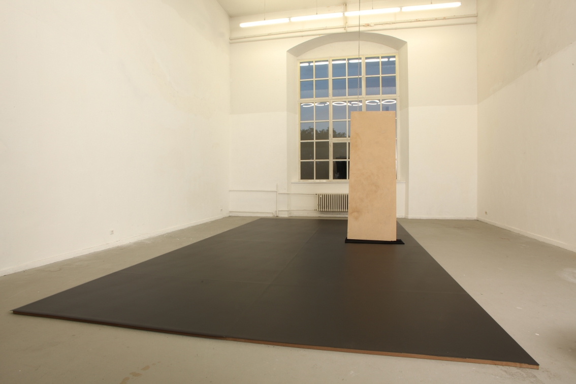 015. Tobias Hoffknecht, Pista da ballo, 2012, catena dell'ancora, legno compensato, velluto, 40 x 450 x 750 cm