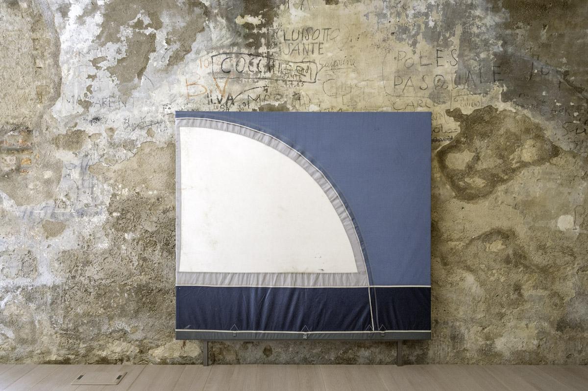 Simon Laureyns - Immigrant Songs - 190x280cm - tenda da campeggio su telaio - ph di Giacomo De Donà