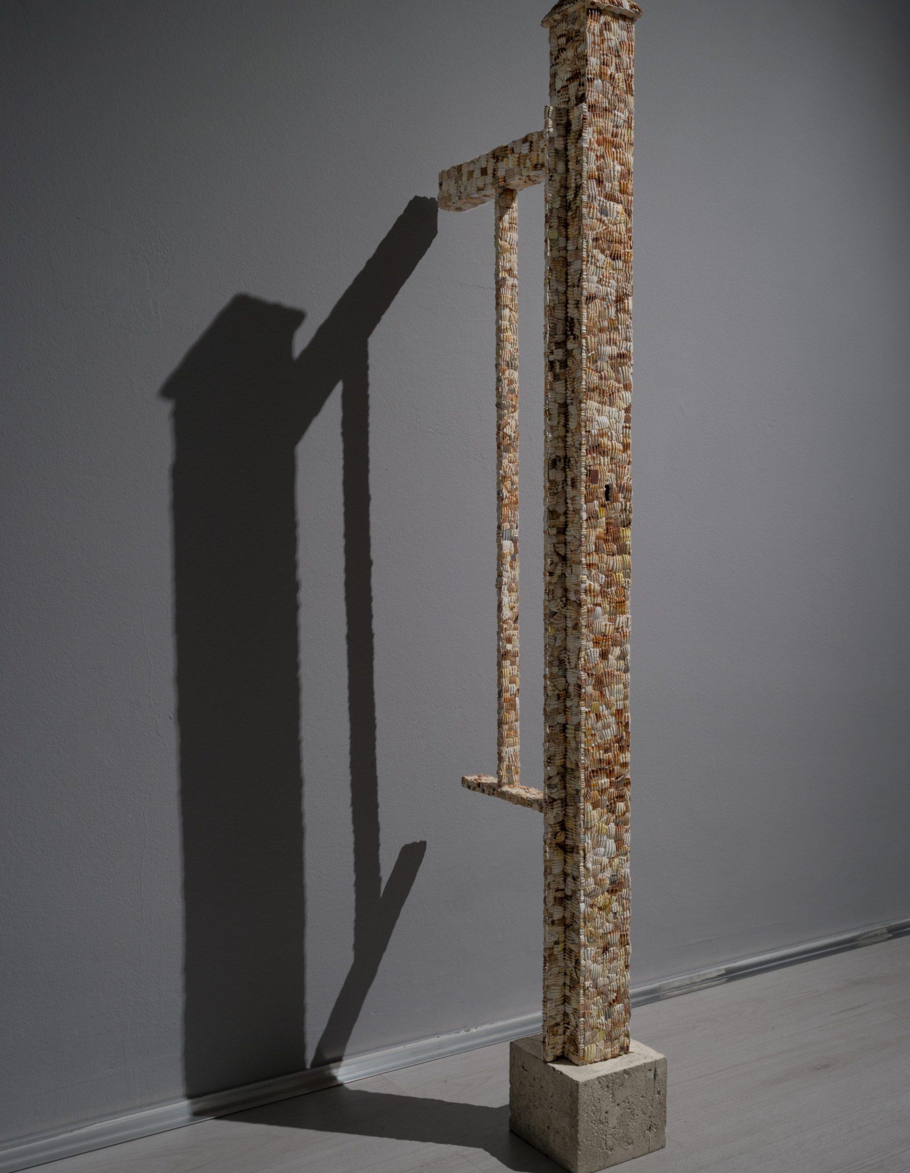 Marco Gobbi, Doppelganger Thresholds, legno, frammenti di conchiglia, metallo, cemento, 130x30x12cm, 2016