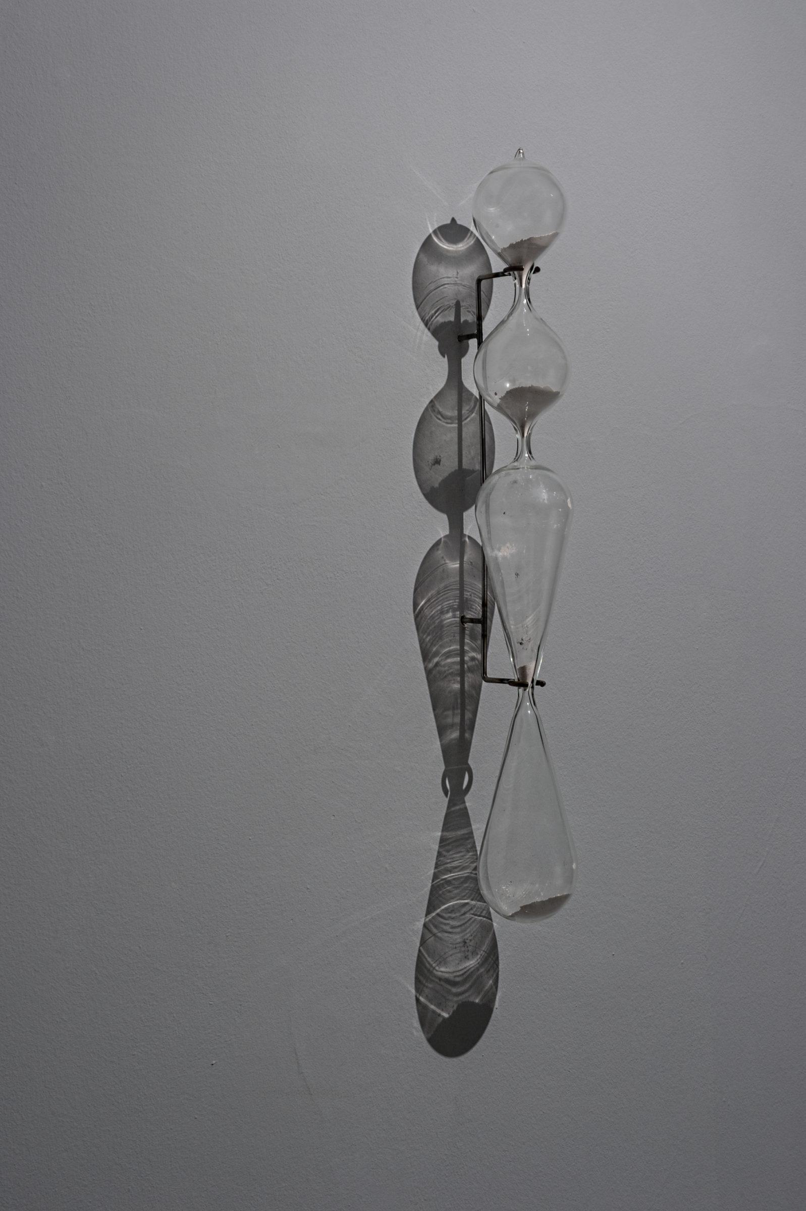 Marco Gobbi, Depositati restiamo noi che non serviamo, polvere di conchiglia, vetro, ferro, 80x10x15cm, 2016