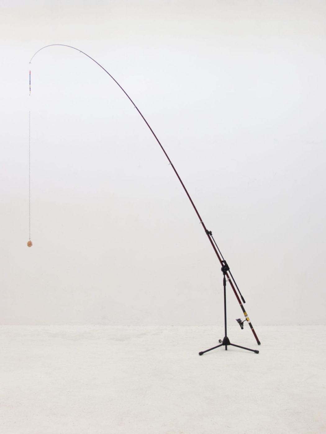 Davide Mancini Zanchi, set per l'esecuzione della pala di montefeltro, 2014, uovo, canna da pesca, piedistallo da microfono, laccio, catena, ferro. 400x200x70cm